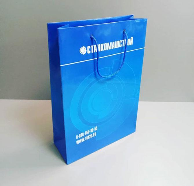 напечатанный бумажный пакет